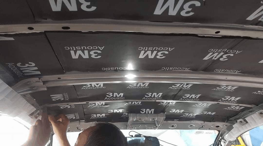 Các nhân viên dán cách âm chống ồn thương hiệu 3M trên trần xe